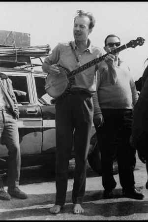 Pete Seeger in Israel with banjo and bare feet, 1964